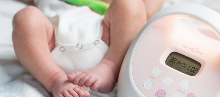 baby and mother using spectra breast pump